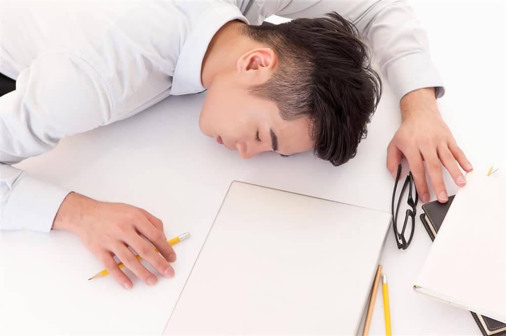 睡眠不足的徵兆:躺下秒睡