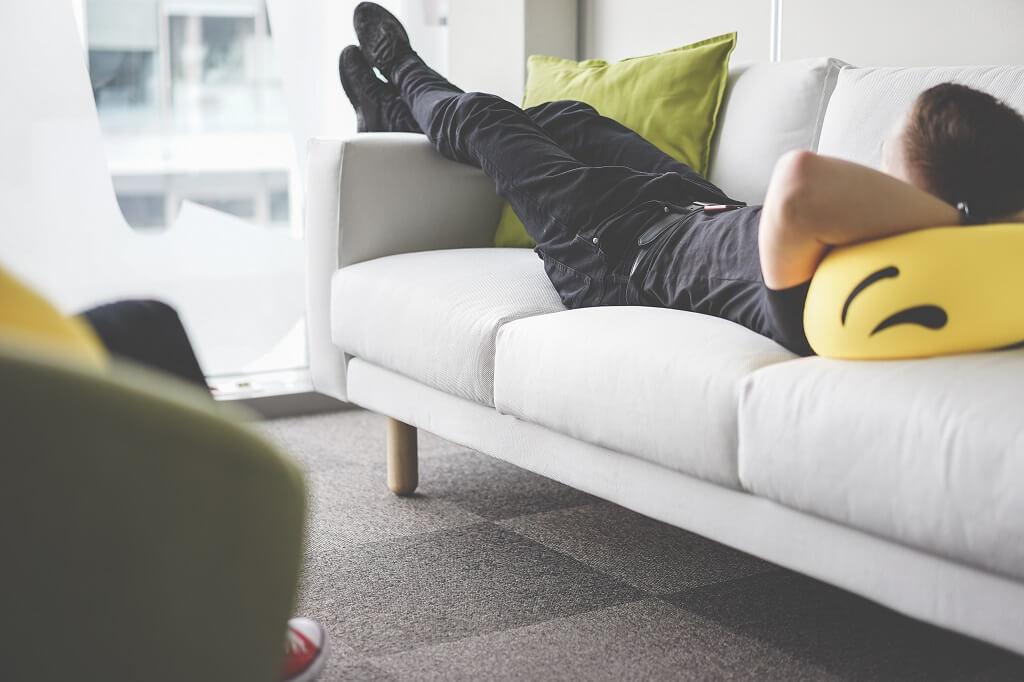 下班回家很累也不要躺在沙發小睡