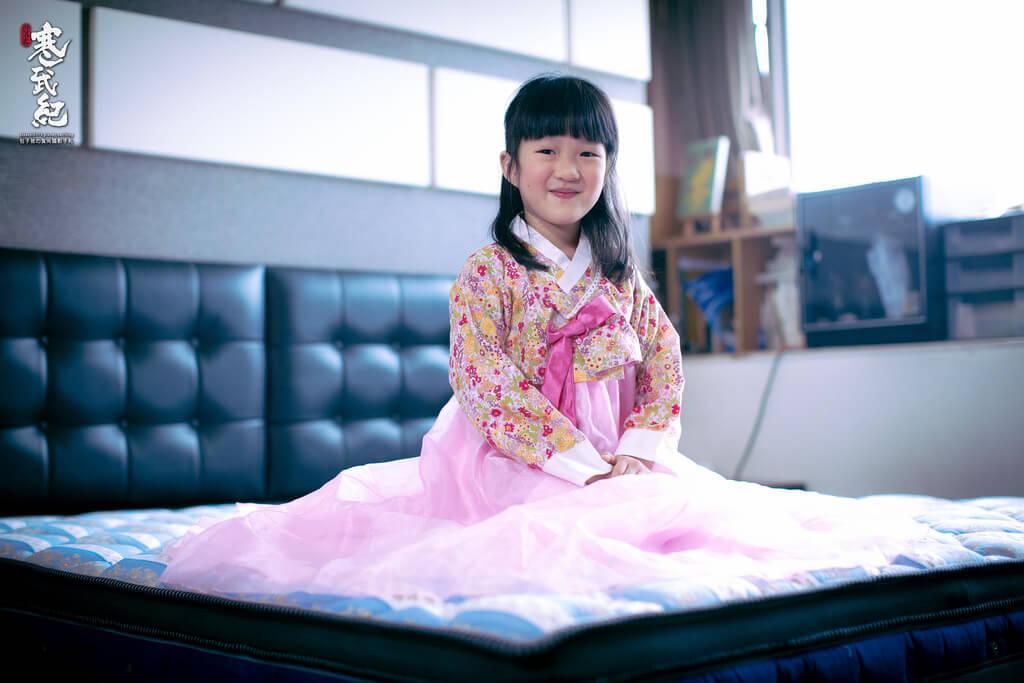 韓國小公主的裝扮為大家介紹德瑞克床墊的與眾不同與真材實料之處!